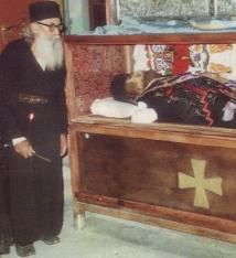 Părintele Ioanichie Pârâială la racla cu moaştele părintelui său Sf. Ioan Iacob Românul