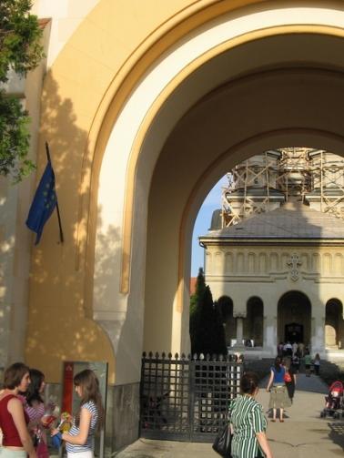 steag-ue-intrare-catedrala-bor-alba-iulia.jpg