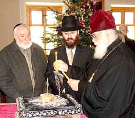 patriarhul Georgiei aprinzând lumânări în menoră de hanukah