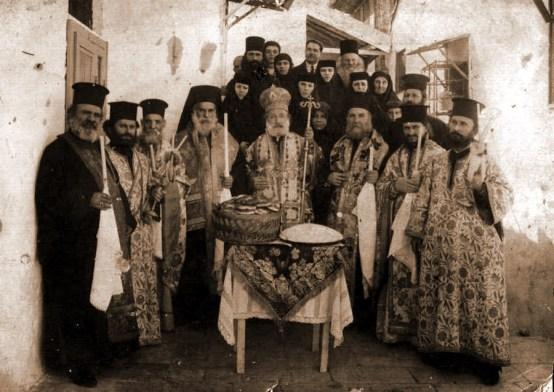Ieromonahul Glicherie la Ierusalim, slujind împreună cu patriarhul Damianos, oct 1930.
