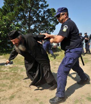 2009: Monahii şi mirenii ce doreau să participe la hramul Mănăstirii Esfigmenu - numiţi în presă fanatici, extremişti, violenţi - bruscaţi şi împiedicaţi de trupele de poliţie