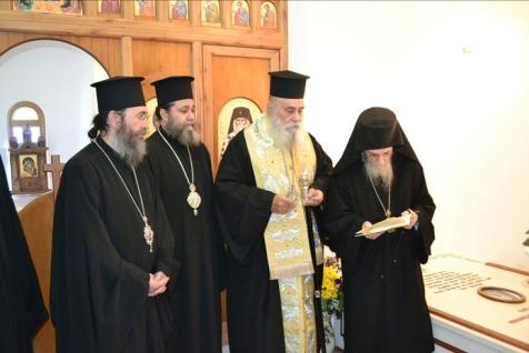 Acelaşi ierarh Calinic, slujind panihida la mormântul fostului întemeietor al 'chiprianismului'.